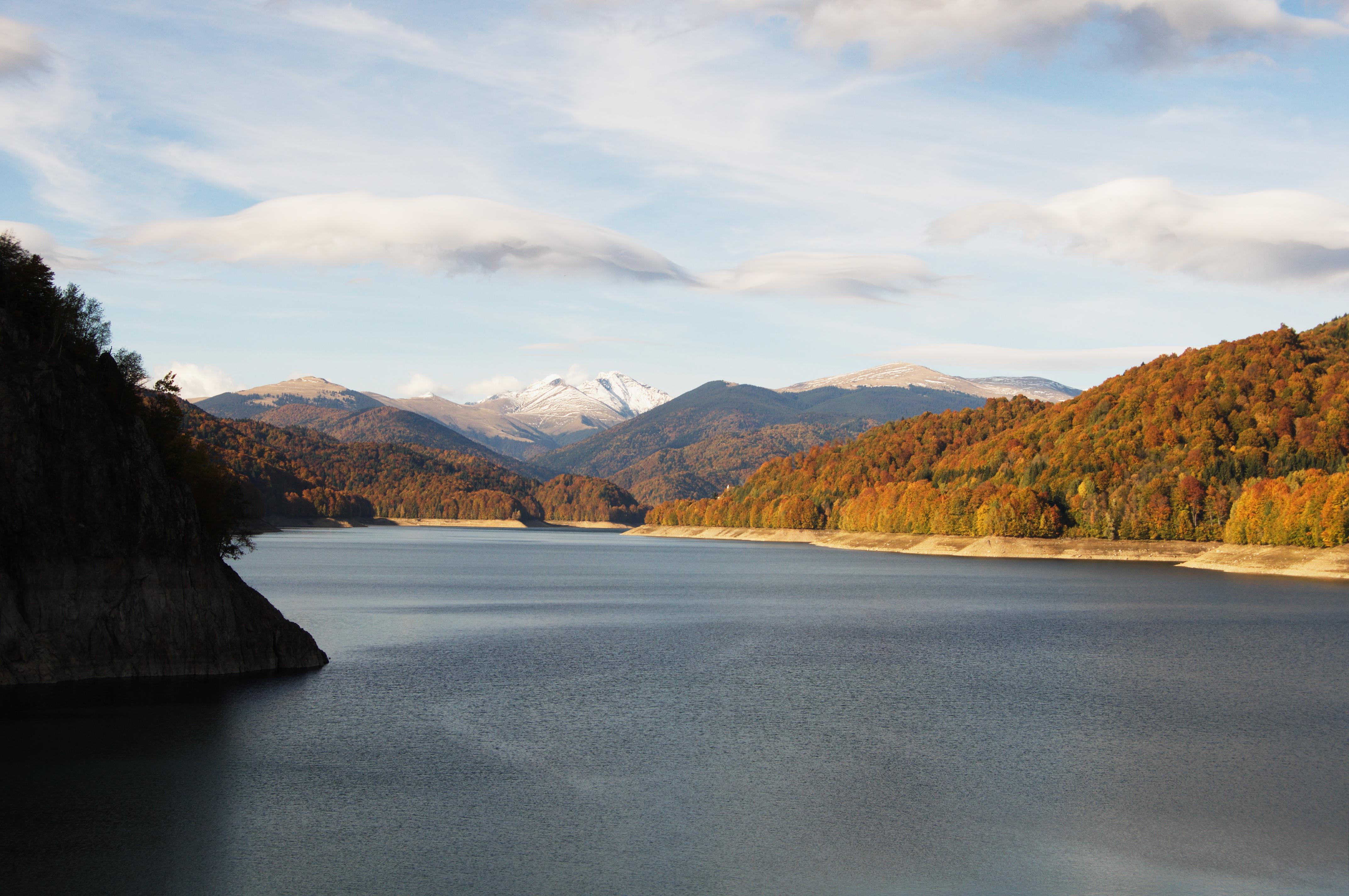 Vârful Negoiu înzăpezit. Vedere de la Barajul Vidraru.