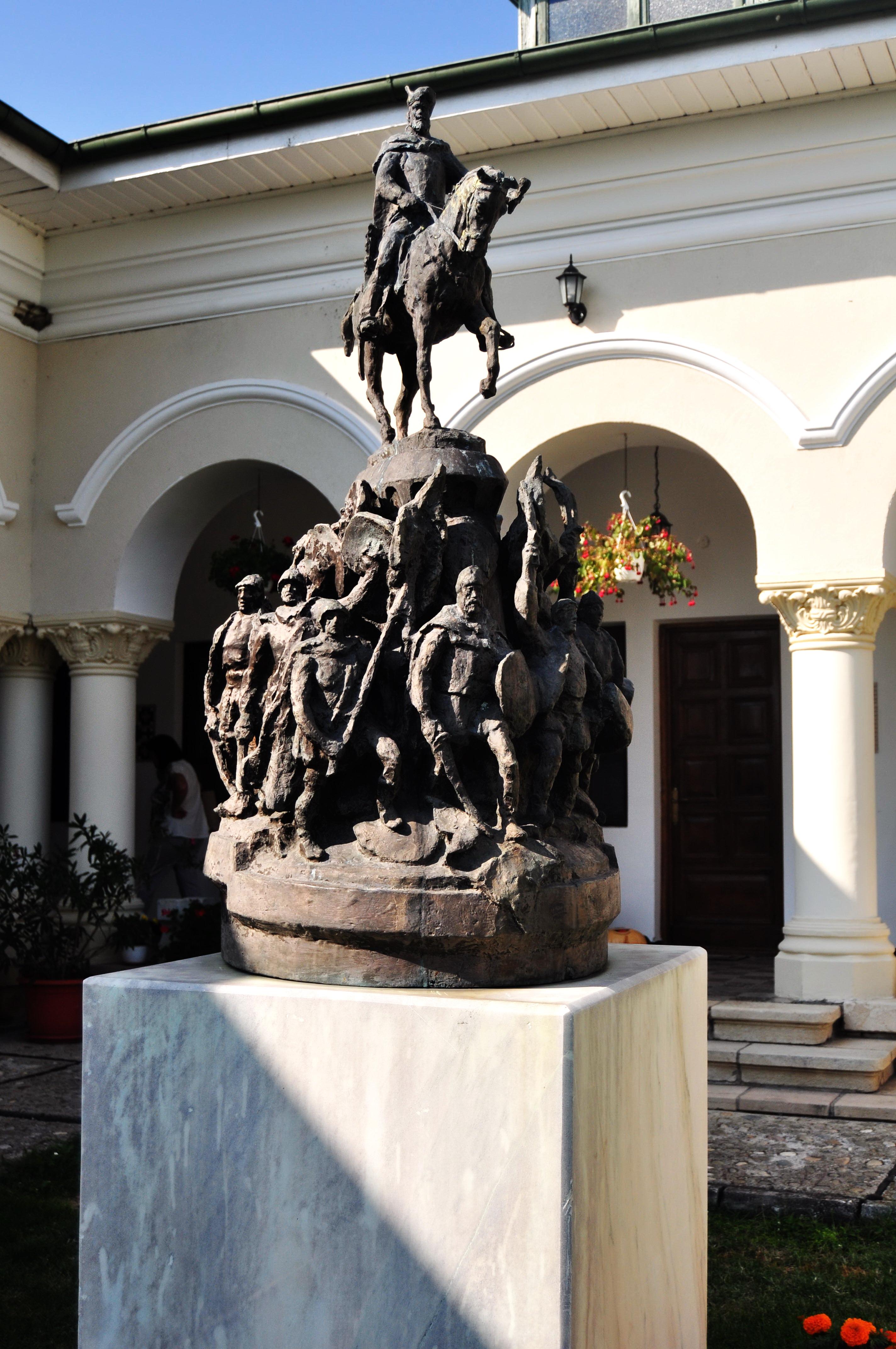 Statuia lui Mihai Viteazul. Mânăstirea Dealu