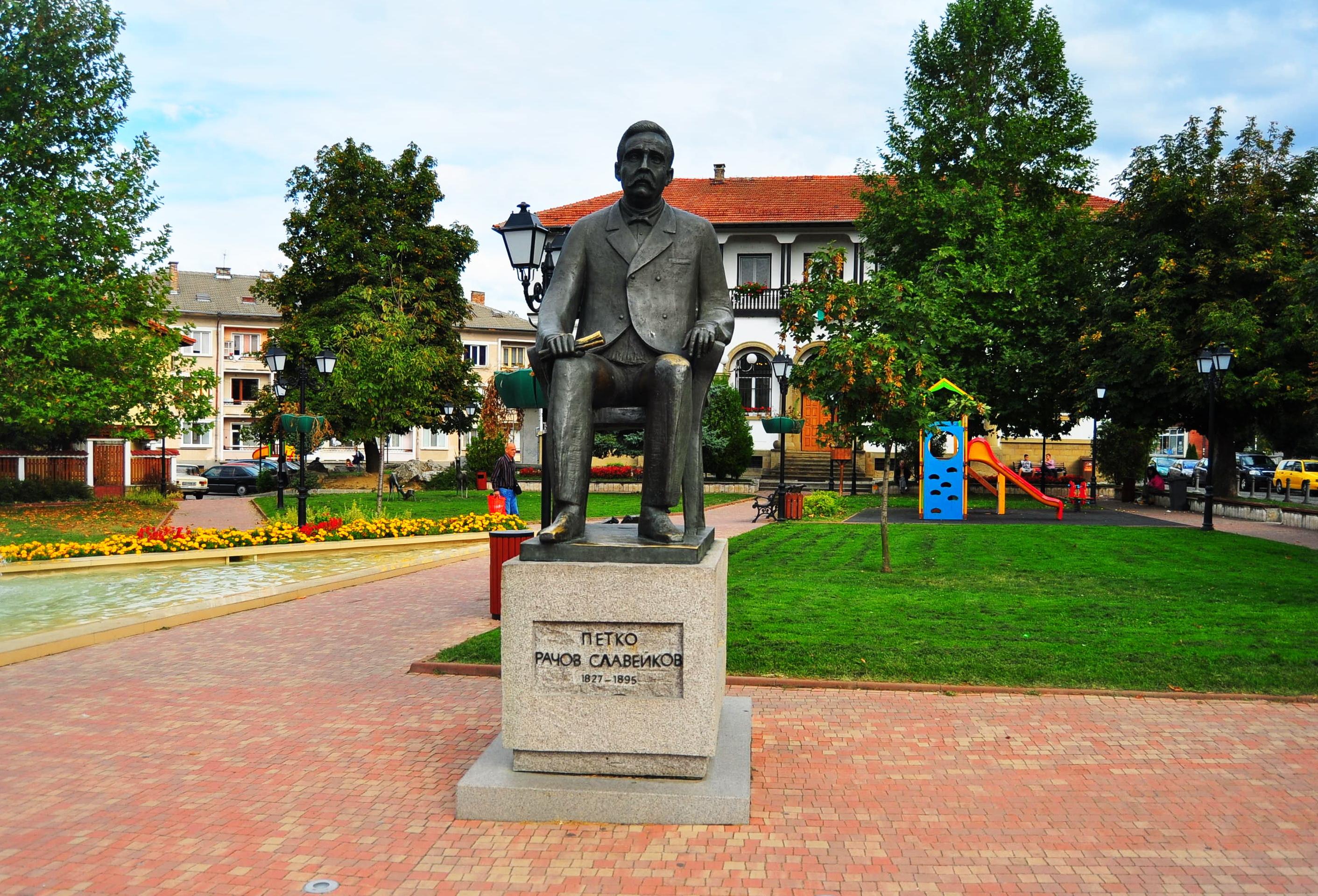 Statuia lui Petko Slaveykov. Tryavna. Bulgaria