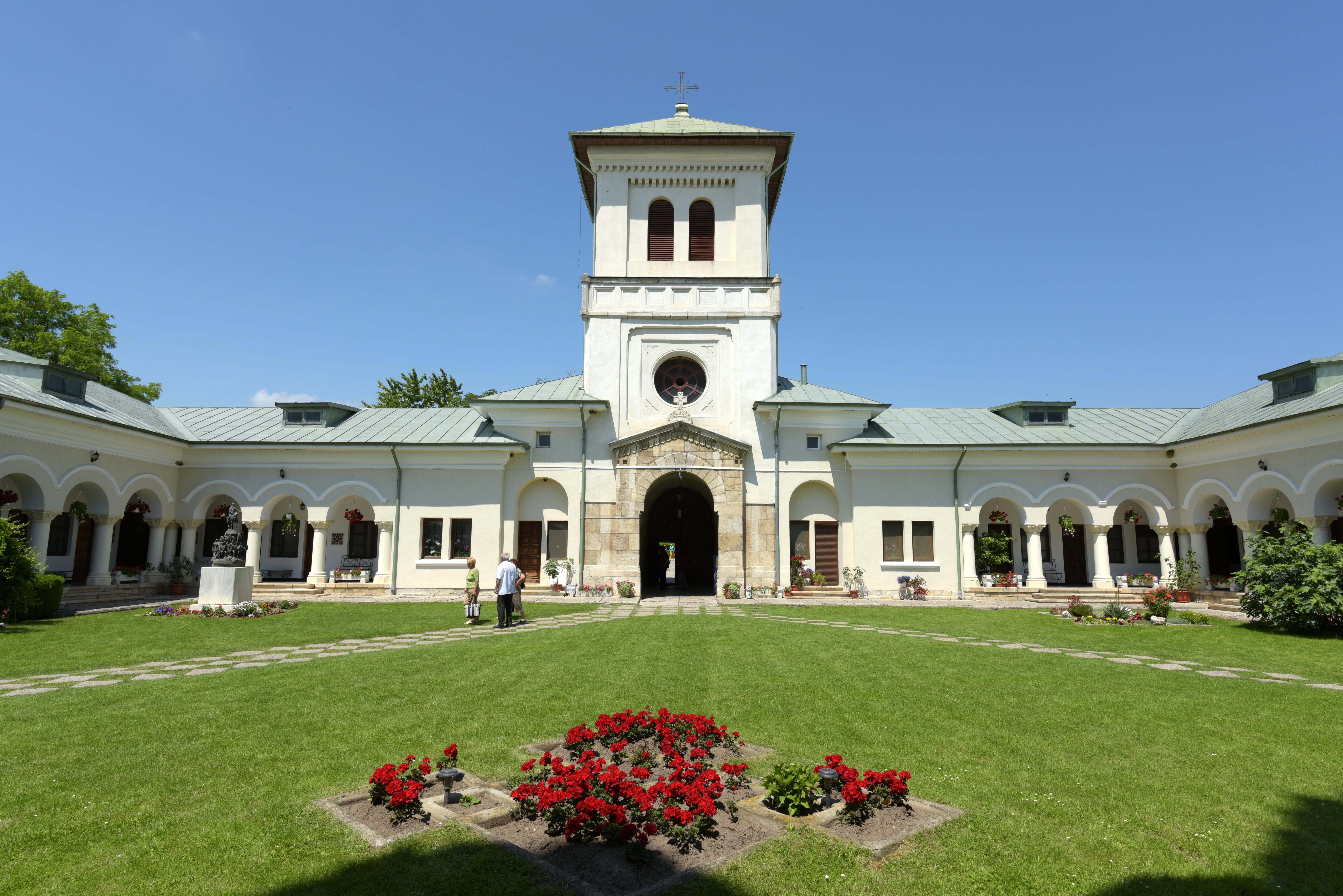 Vedere din interiorul ansamblului monahal. Mânăstirea Dealu