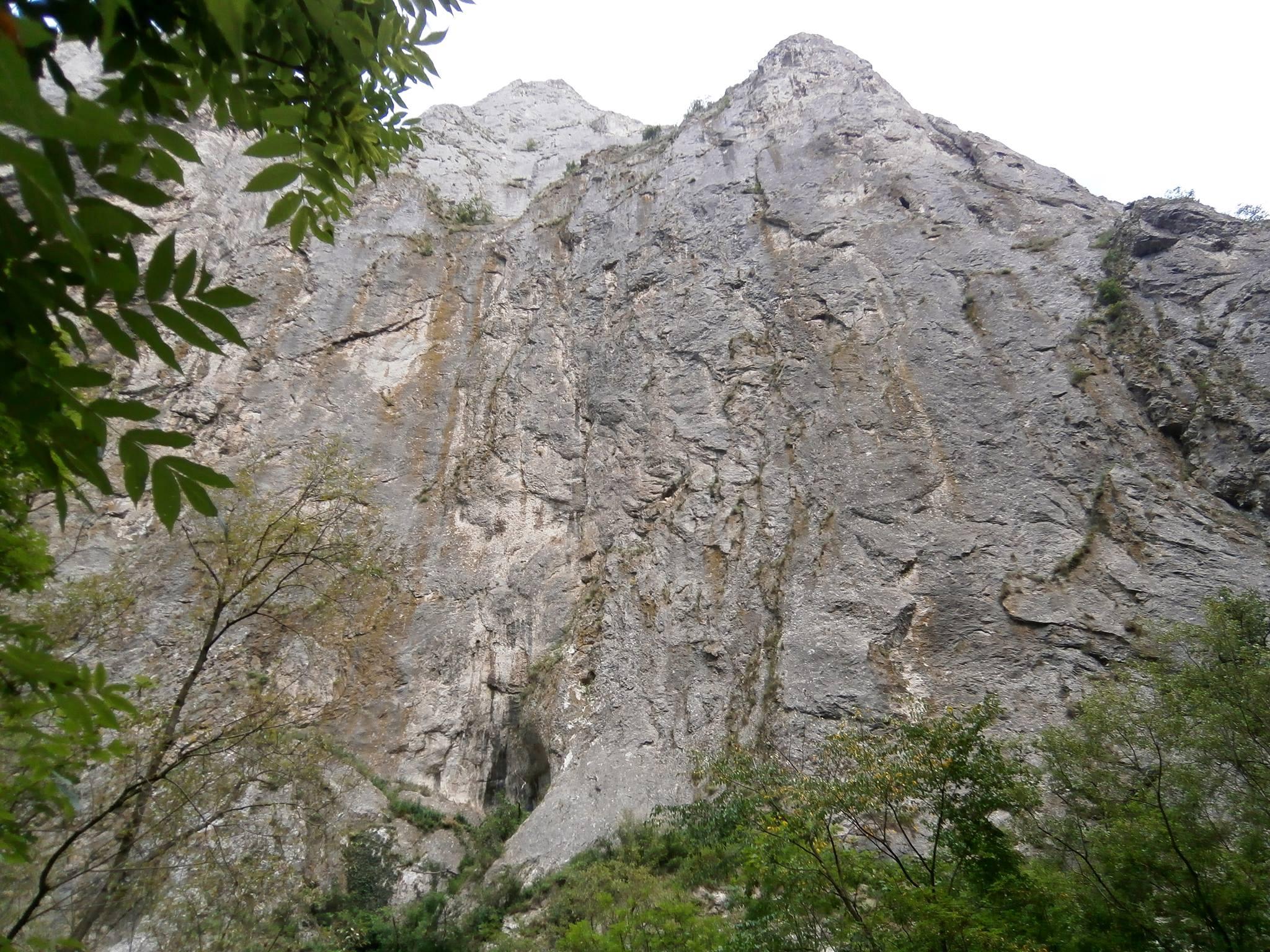 Pe la mijlocul traseului se poate face şi alpinism
