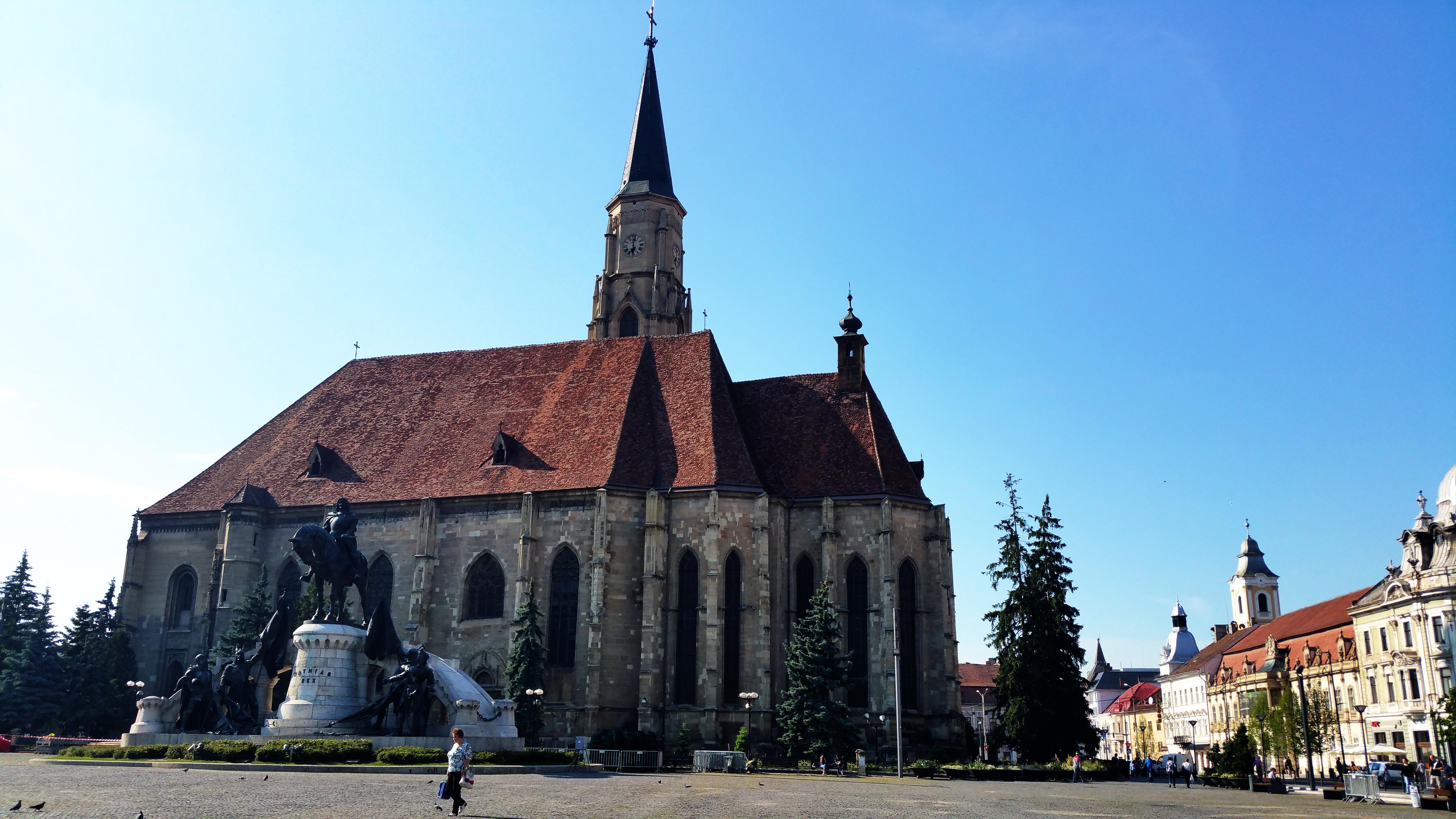 Biserica Romano-Catolică Sfântul Mihail şi Statuia lui Matia Corvin