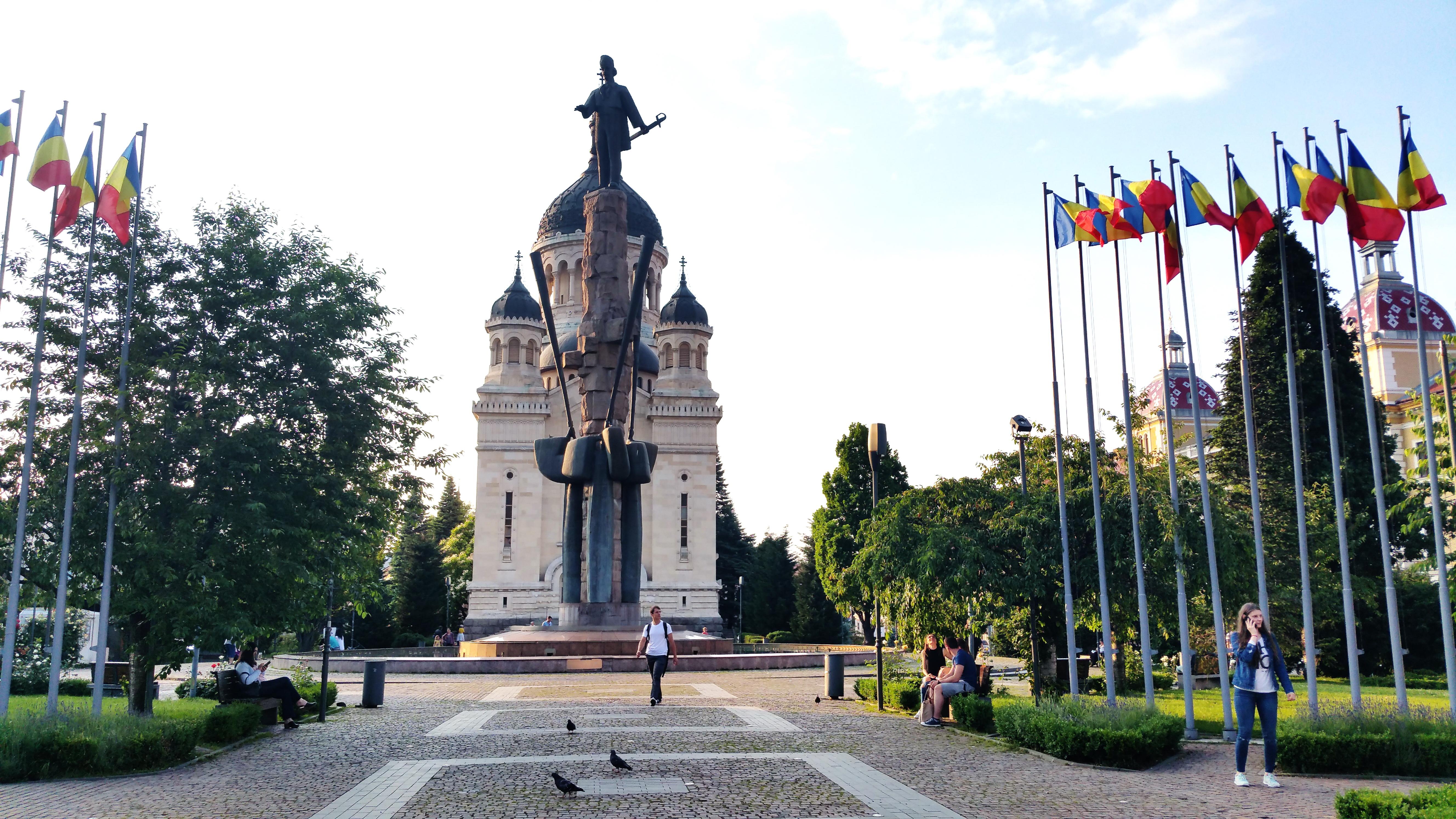 Statuia lui Avram Iancu. În spate, Catedrala Ortodoxă.