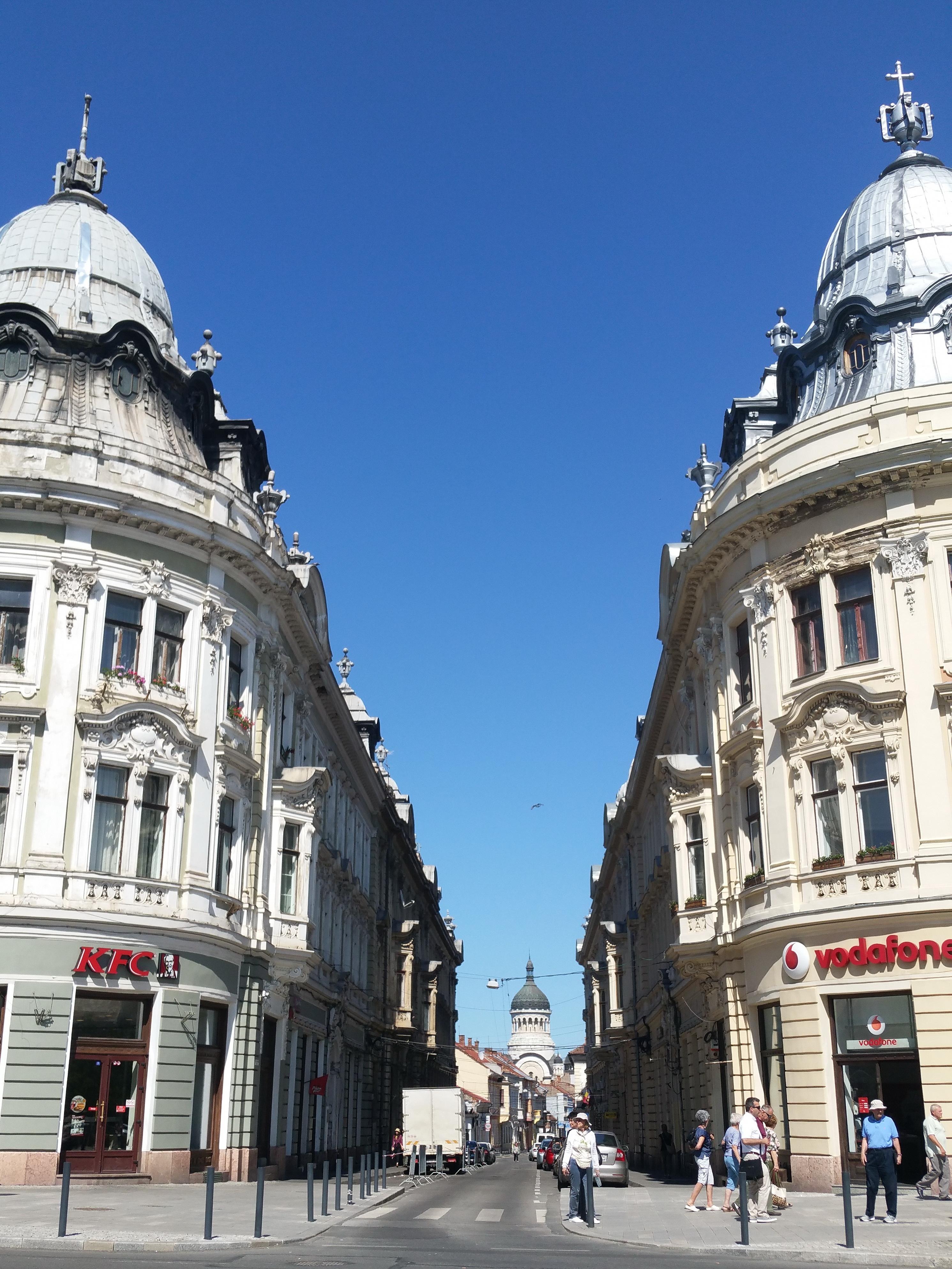 """Clădirile """"oglindă"""" din strada Iuliu Maniu"""