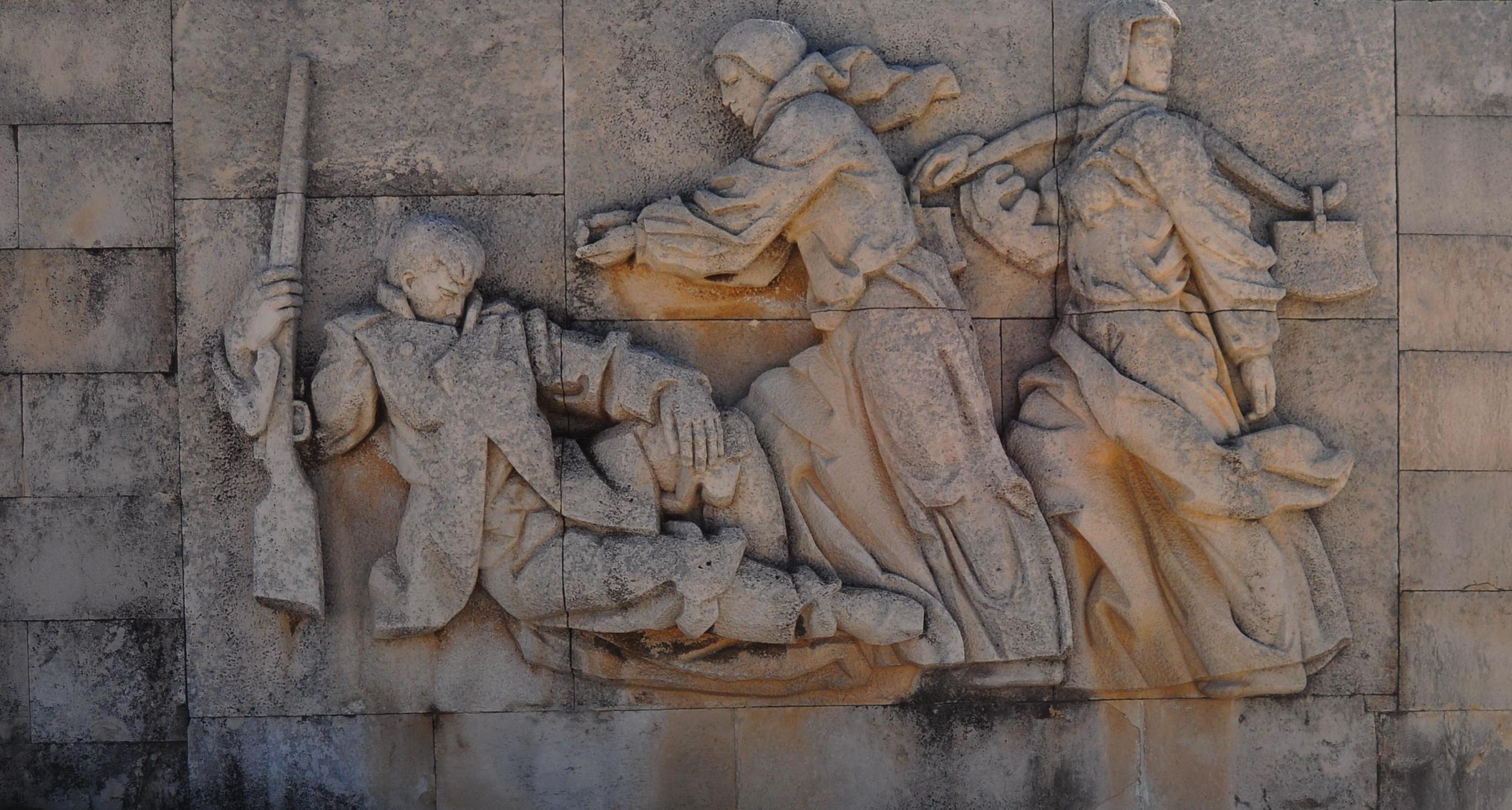 Sculptură ce ilustrează ajutorul dat de localnicii bulgari în timpul luptelor de la trecătoarea Shikpa