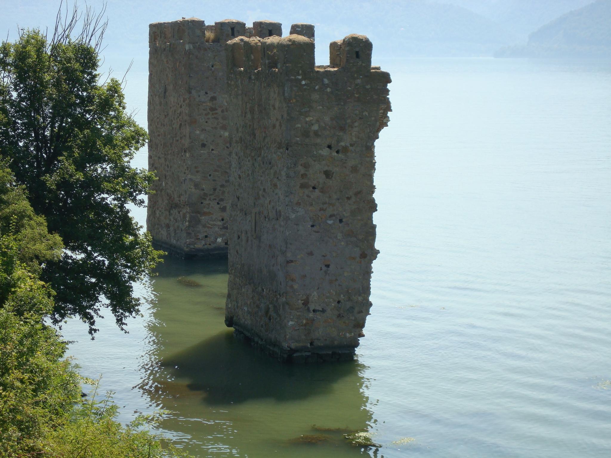 Ruinele Cetăţii Trikule via www.wikipedia.ro