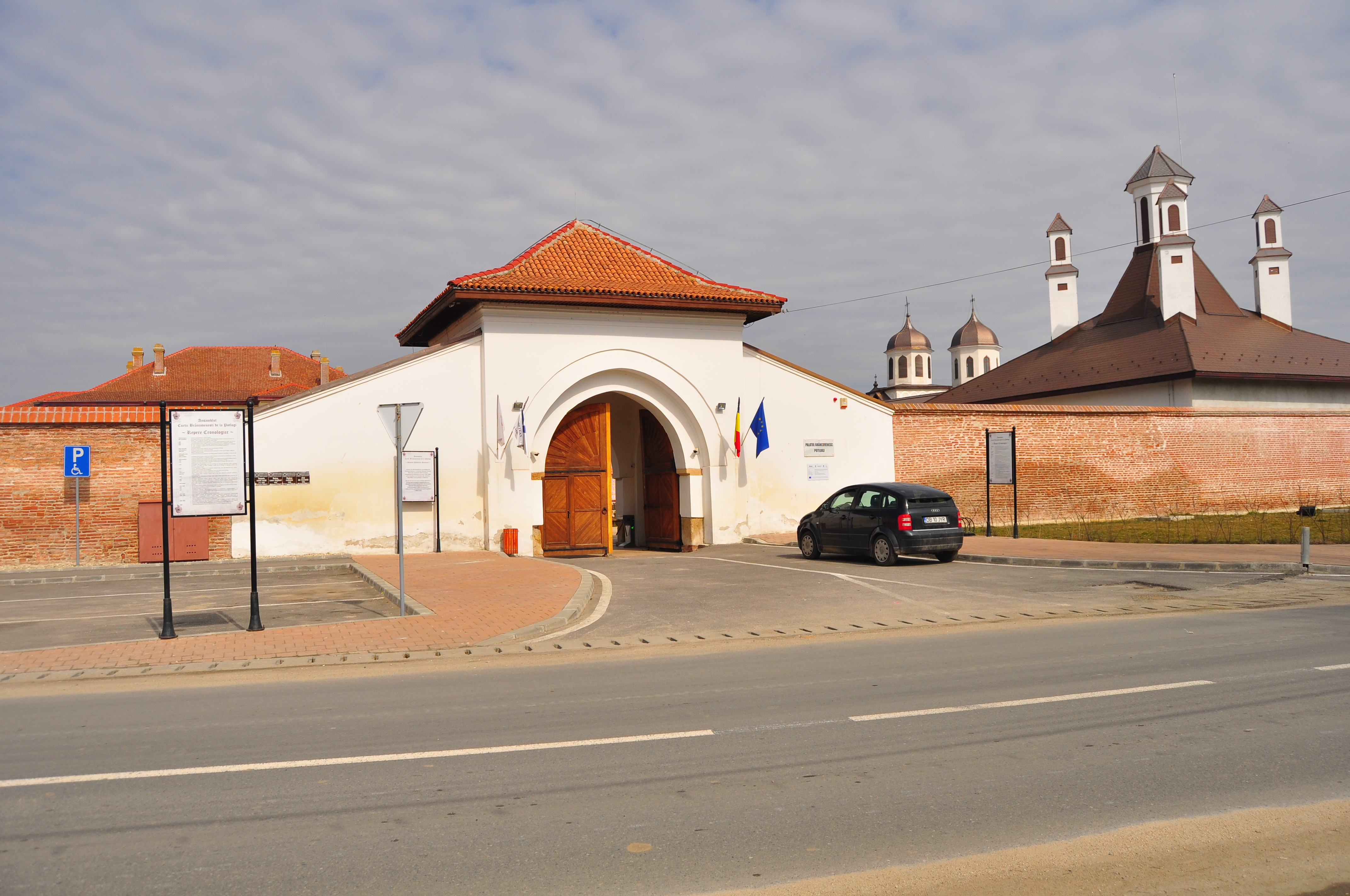 Poarta de intrare. Palatul Potlogi