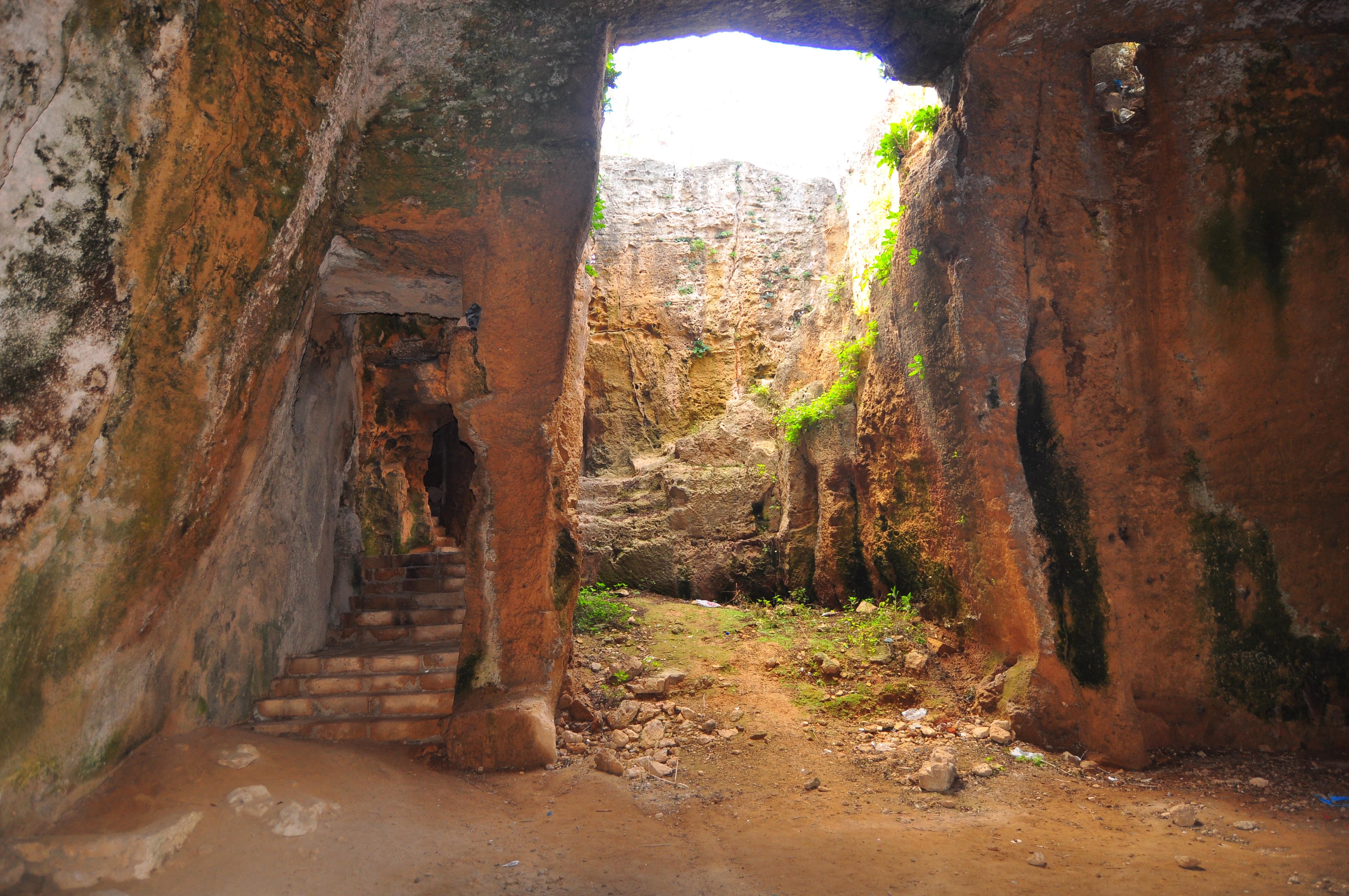 lângă catacombe. Paphos.