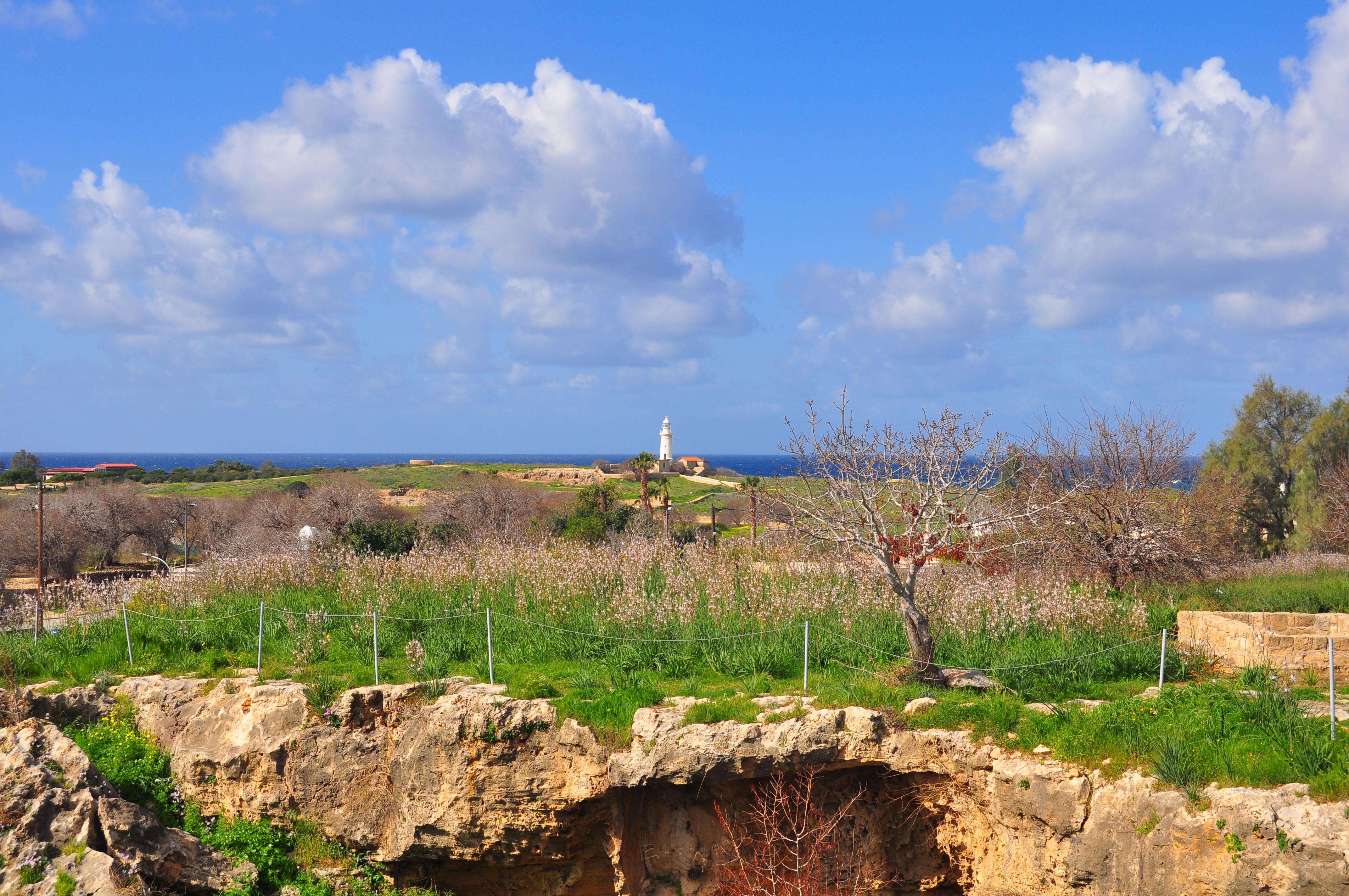 lângă catacombe. În depărtare se poate observa Farul din Paphos.
