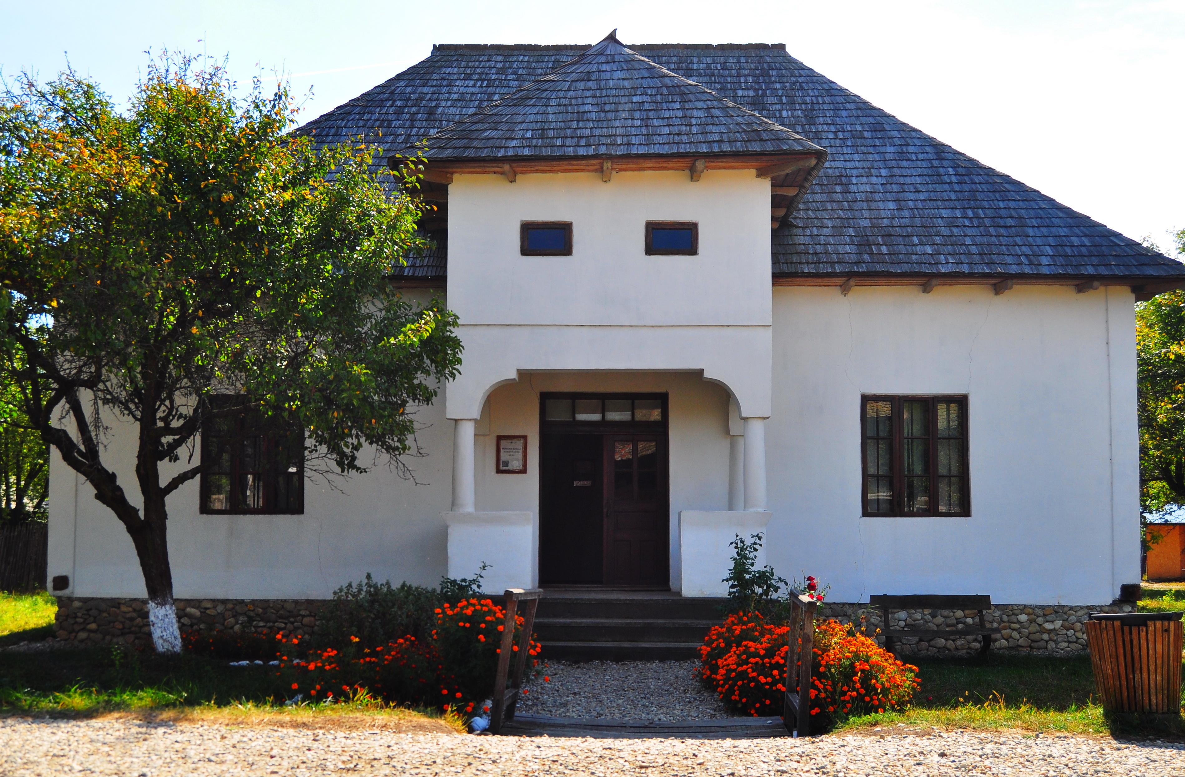 Primăria. Muzeul Viticulturii şi Pomiculturii Goleşti
