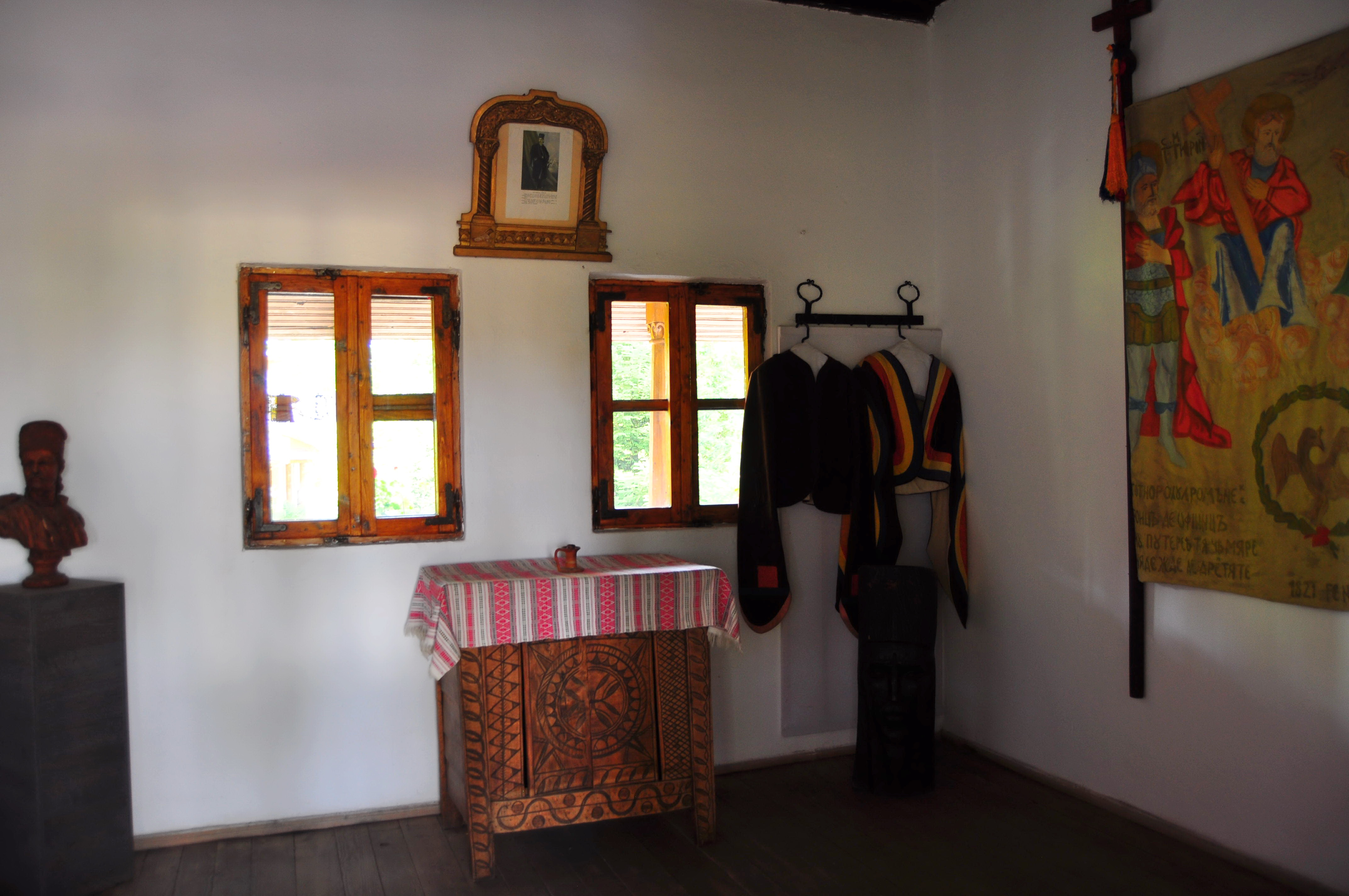 Încăperea foișorului de pază de la Muzeul Golești. Replică a uniformei pandurilor și a steagului de luptă