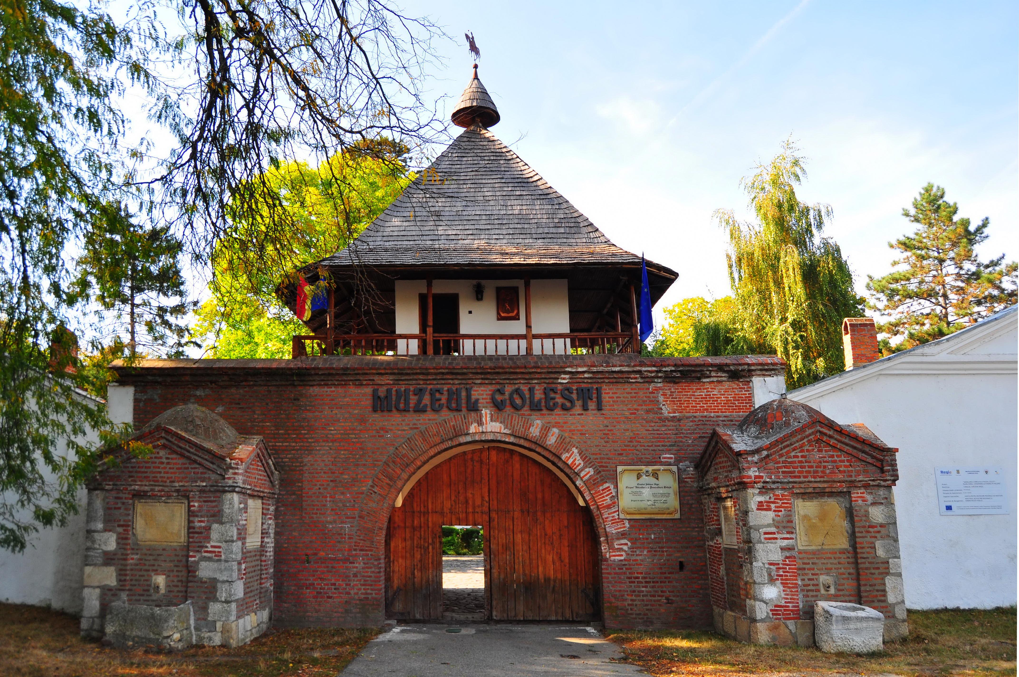 Poarta de acces și foișorul de pază. Muzeul Golești