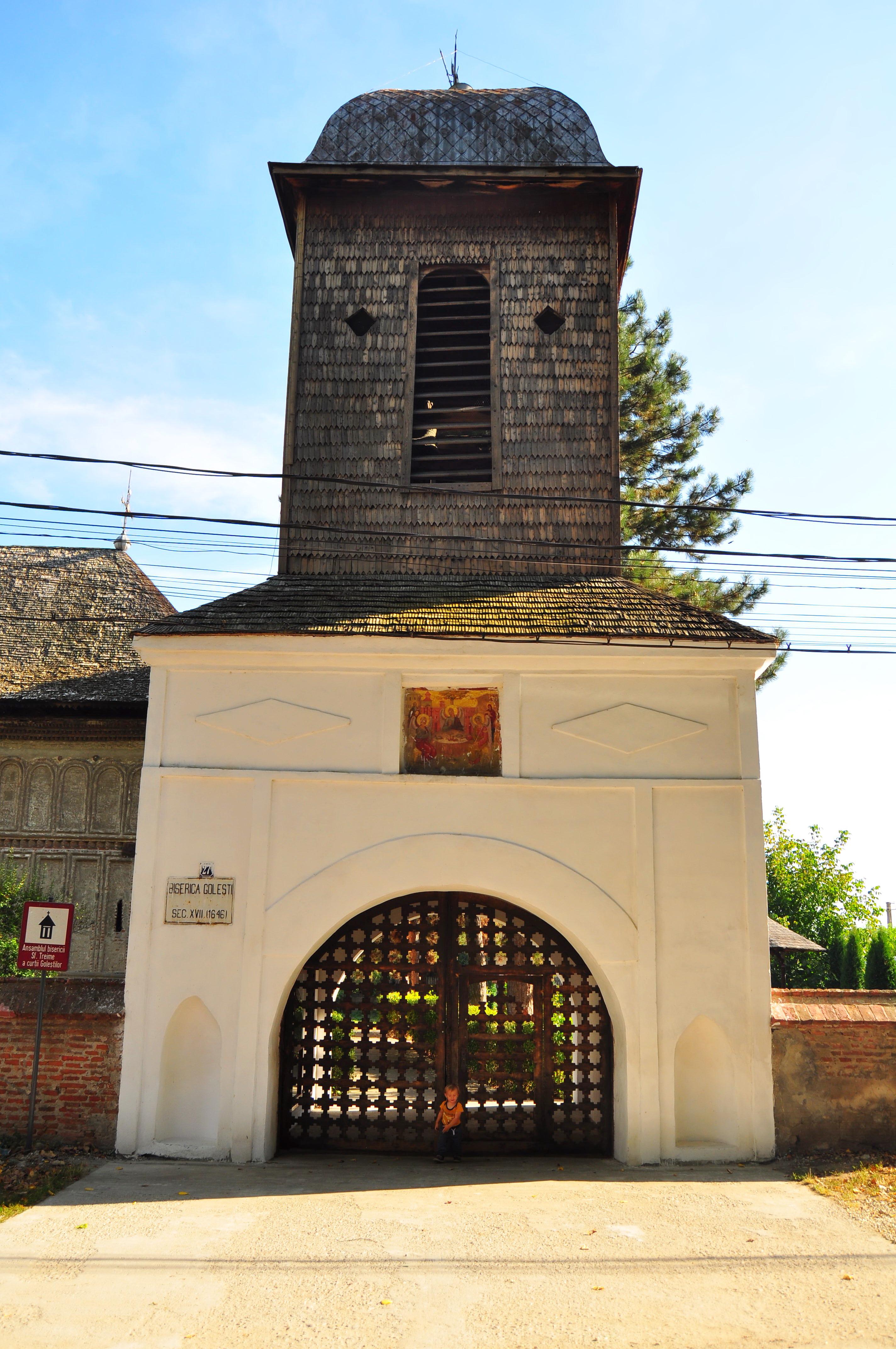 """Biserica cu hramul """"Sfânta Treime"""" din Golești"""